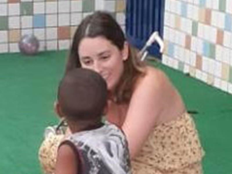 Assistente social interagindo com criança