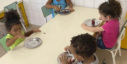 crianças na hora da refeição