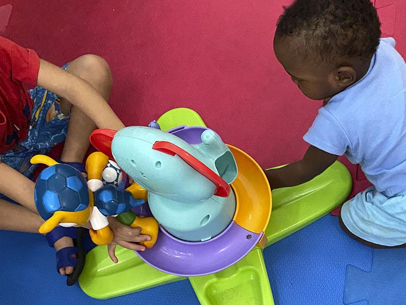 crianças brincando com brinquedo colorido
