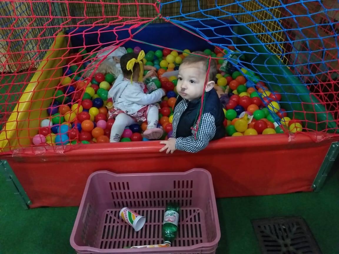 crianças brincando na piscina de bolinhas