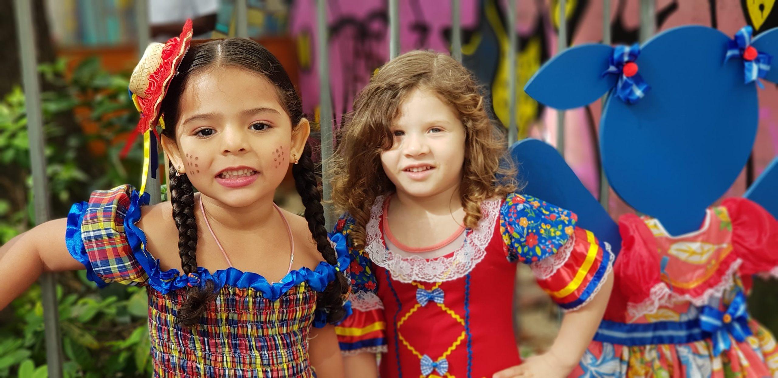 crianças vestidas com roupa de festa junina
