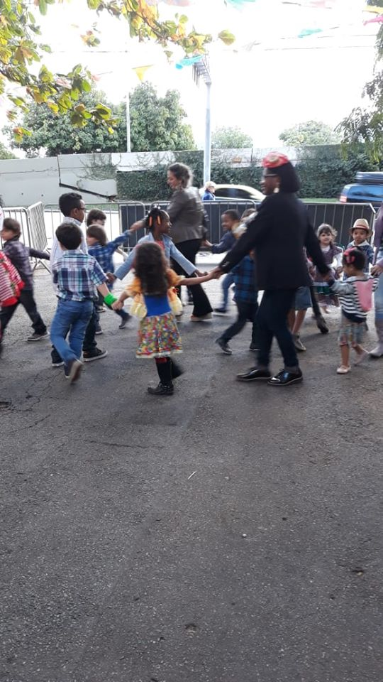 crianças brincando em festa junina
